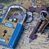 錆びた青い南京錠と鍵