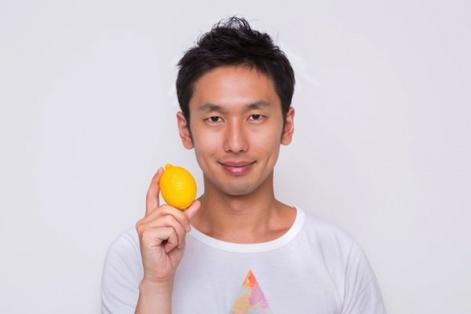 雑誌の表紙でレモンを持つ男性