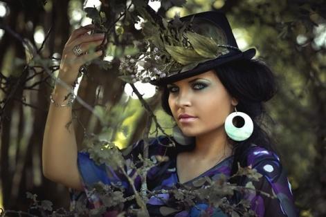 帽子をかぶる美女