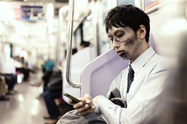 通勤中に今日のパンデミックをチェックする意識高めの社畜ゾンビ [モデル:大川竜弥]ZOM86_keitaiijiruzombie20140503500