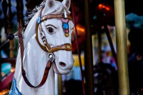 不気味なメリーゴーランドの馬