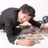 「金や金や!」っとお札を集めるブラック企業に勤務する会社員 [モデル:ひろゆき]