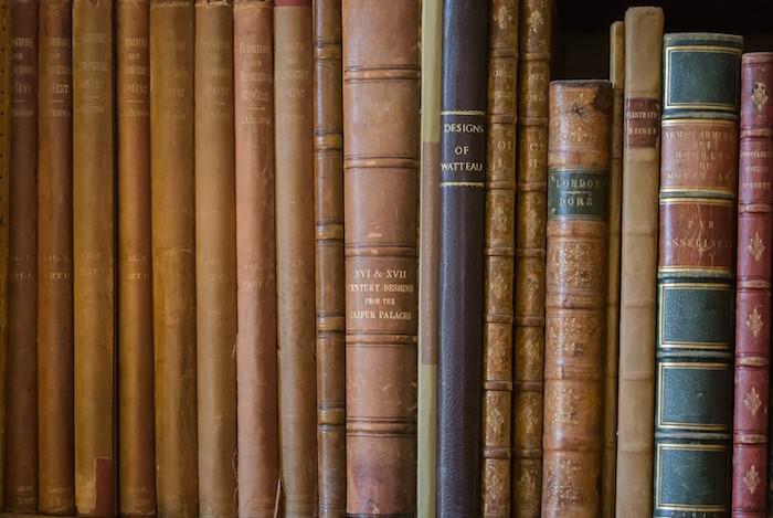 本棚に並べられた古書