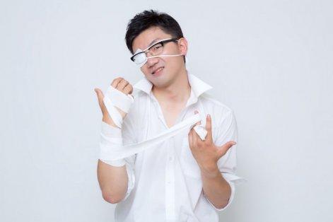 この幻想を打ち砕く、と右腕の包帯を解く中二病患者